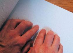 La población invidente puede conocer Punta Umbría gracias a los documentos en braille de la oficina de turismo